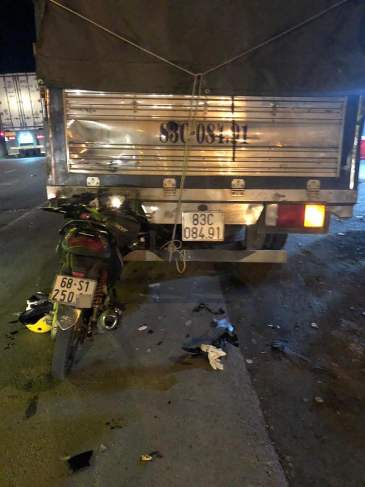 Tiền Giang: Hiện trường đôi nam nữ tông vào đuôi xe tải, nhập viện trong tình trạng nguy kịch-3