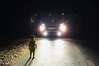 Vụ em bé lang thang giữa đường một mình lúc 1 giờ sáng 'dọa' tài xế hết hồn: Bố mẹ đi làm mệt ngủ say, quên đóng cửa