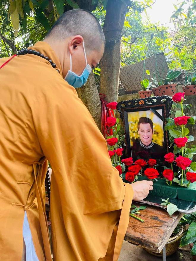 Sao Việt xót xa đến tiễn biệt, người thân tiết lộ ngày tháng cuối đời của NTK Nhật Dũng-2
