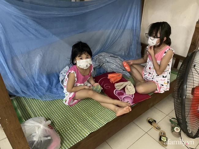 Bố mắc COVID-19 rồi ᑫᑌᗩ đờɩ, hai bé gái bơ vơ, bấu víu vào nhau trong khu c.ách ly giữa tâm dịch Bắc Ninh-2