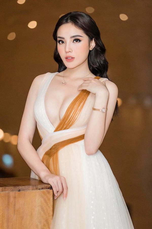 Hoa hậu Kỳ Duyên xuất hiện với chiếc bra như lơ lửng giữa tòa thiên nhiên ngồn ngộn-3