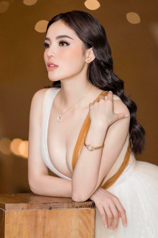 Hoa hậu Kỳ Duyên xuất hiện với chiếc bra như lơ lửng giữa tòa thiên nhiên ngồn ngộn-4