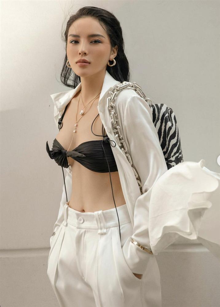 Hoa hậu Kỳ Duyên xuất hiện với chiếc bra như lơ lửng giữa tòa thiên nhiên ngồn ngộn-2