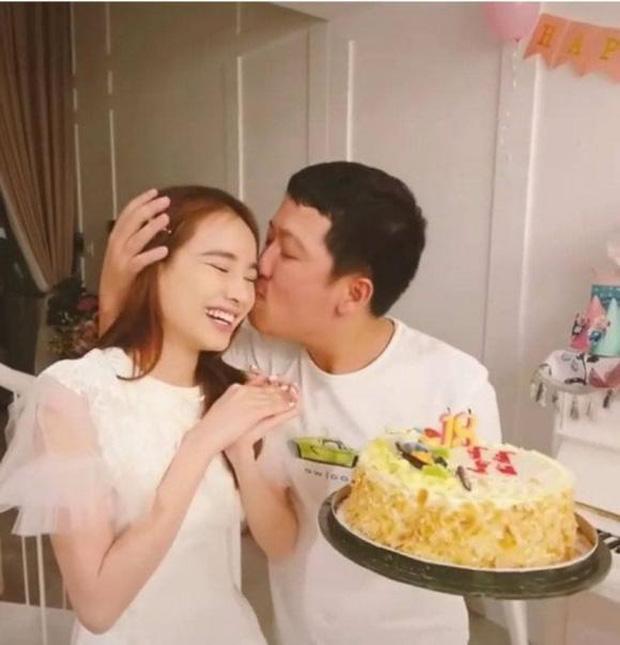 Trường Giang ôm hôn Nhã Phương trước mặt Hòa Minzy và hội bạn trong tiệc sinh nhật, nhìn mẹ bỉm biết ngay hạnh phúc cỡ nào-4