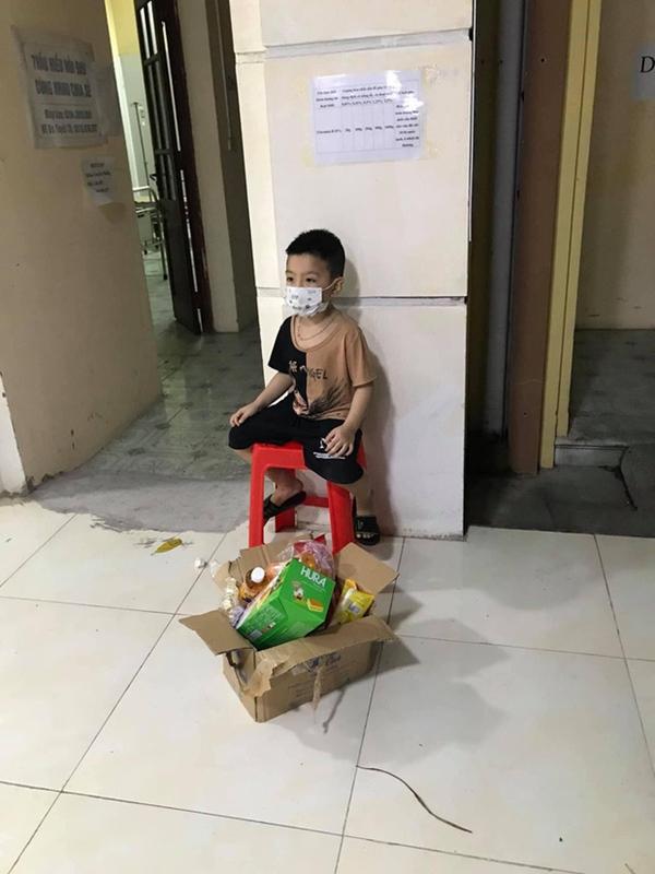 Bé trai 6 tuổi một mình đi nhận kết quả dương tính Covid-19: Ánh mắt ngơ ngác, ngồi nép vào cánh cửa-1
