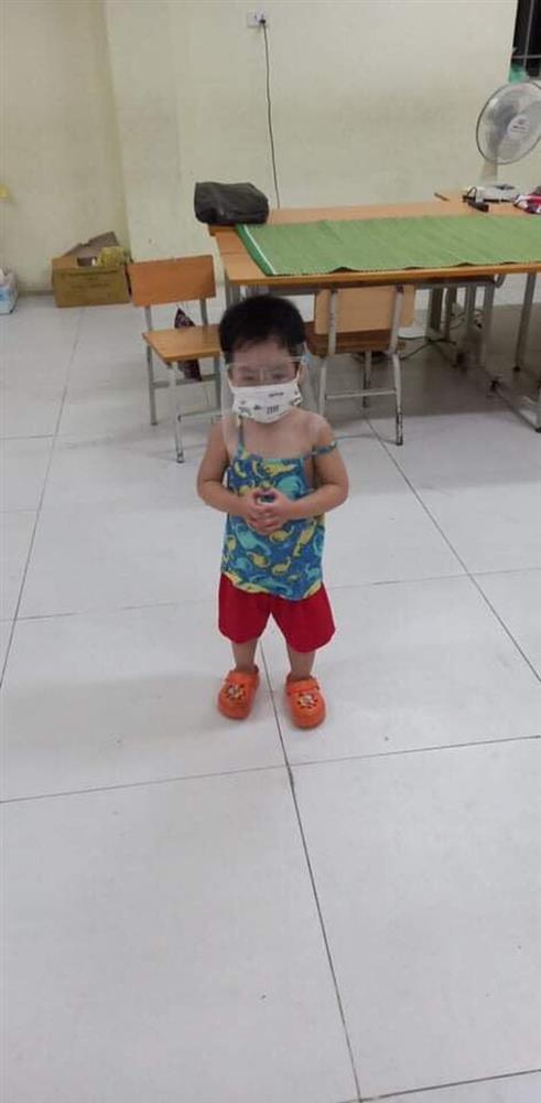 Bé trai 6 tuổi một mình đi nhận kết quả dương tính Covid-19: Ánh mắt ngơ ngác, ngồi nép vào cánh cửa-3