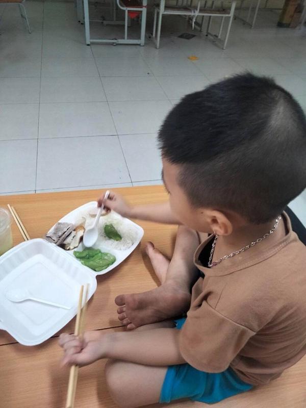 Bé trai 6 tuổi một mình đi nhận kết quả dương tính Covid-19: Ánh mắt ngơ ngác, ngồi nép vào cánh cửa-4