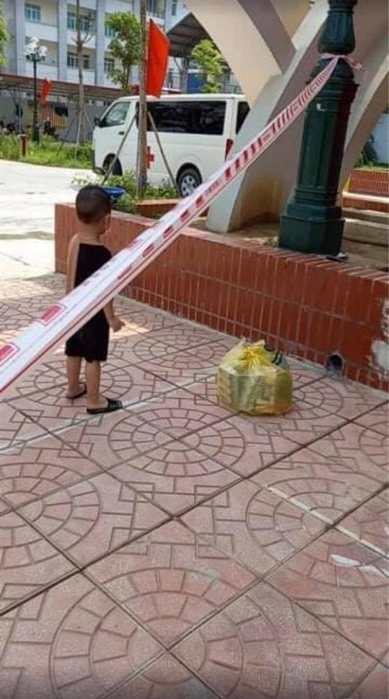 Bé trai 6 tuổi một mình đi nhận kết quả dương tính Covid-19: Ánh mắt ngơ ngác, ngồi nép vào cánh cửa-5