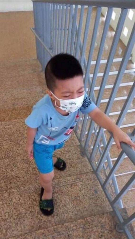 Bé trai 6 tuổi một mình đi nhận kết quả dương tính Covid-19: Ánh mắt ngơ ngác, ngồi nép vào cánh cửa-6