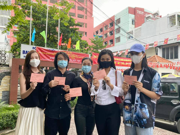 Sao Việt nô nức đi bầu cử: Tiểu Vy, Huyền My dậy sớm làm thanh niên gương mẫu, Khánh Vân từ Mỹ cũng hào hứng hưởng ứng-5