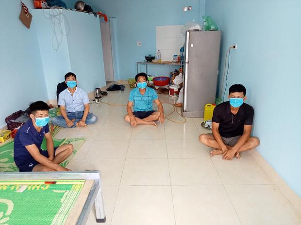 Cuộc sống công nhân đang mắc kẹt trong tâm dịch Covid-19 Bắc Giang: Ngày ngày làm bạn với đіệɴ thoại, nửa tháng ăn cơm trắng và cá khô-8