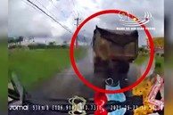 Mặc kệ xe cứu thương hú còi xin vượt, tài xế xe tải cố tình lạng lách quyết không nhường đường