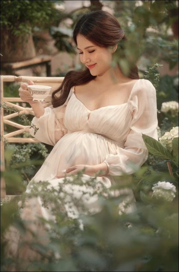Làm dâu hào mônPhanh Lee vẫn đích thân vào bếp nấu ăn, xem ra ngày càng đảm đang lại chịu khó bày biện đẹp mắt-1