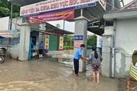 TP.HCM: Mưa lớn khiến Bệnh viện Hóc Môn ngập từ sáng tới chiều tối, bác sĩ mang ủng lội nước cấp cứu bệnh nhân