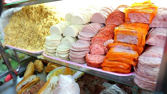 Tiệm bánh mì đắt nhất Sài Gòn được nhiều blogger nước ngoài giới thiệu luôn kín người xếp hàng chờ mua-3