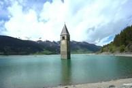Ngôi làng chìm dưới hồ tái xuất sau 70 năm ở Italy