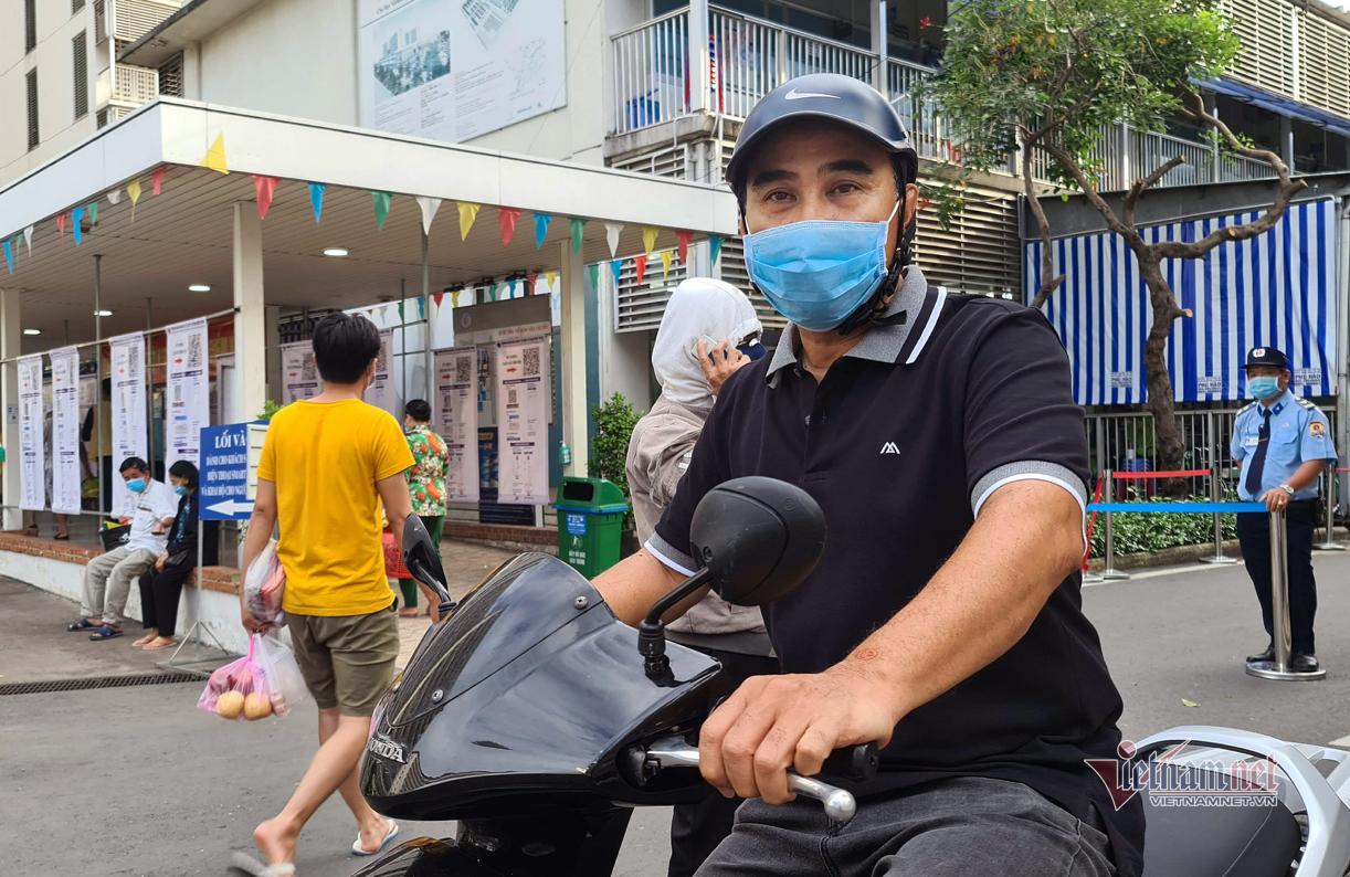 Quyền Linh đi xe máy tới bệnh viện ủng hộ 2 tỷ đồng chống dịch Covid-19-1