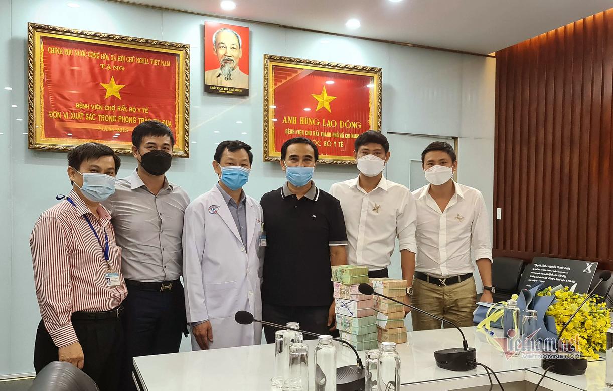 Quyền Linh đi xe máy tới bệnh viện ủng hộ 2 tỷ đồng chống dịch Covid-19-2