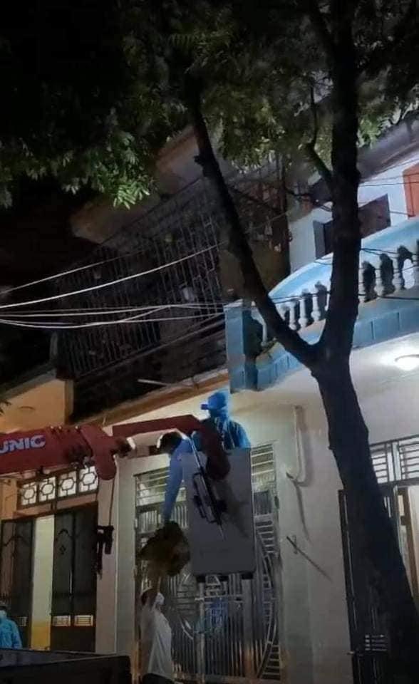 Bắc Giang: Người phụ nữ theo hội Thánh đức chúa trời là F1 không chịu đi cách ly, cảnh sát dùng xe thang tiếp cận-2