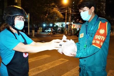 Ấm lòng những suất ăn khuya tiếp sức cho tuyến đầu chống dịch Covid-19 ở Đà Nẵng