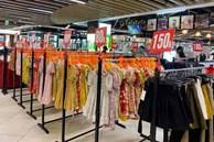 """Các cửa hàng thời trang ở Hà Nội """"giảm giá kịch sàn"""" vẫn ngậm mùi chịu cảnh không bóng người"""
