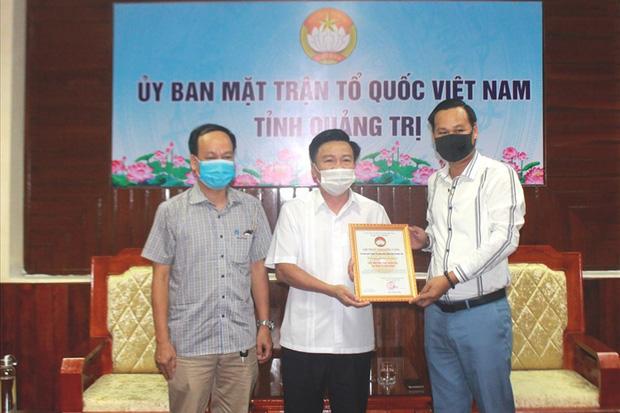 Đại diện NS Hoài Linh trao 1 tỷ đồng ủng hộ người dân vùng lũ Quảng Trị, hé lộ kế hoạch cứu trợ miền Trung giữa lùm xùm-1