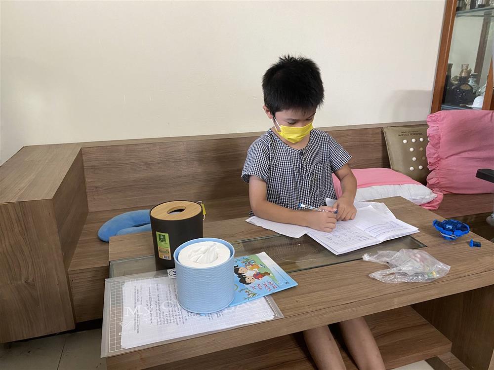Bé trai 7 tuổi đánh bại COVID-19 bằng hành trình độc mã đầy dũng cảm từ lúc đi cách ly cho tới khi về nhà khiến người lớn cũng phải cảm phục-3