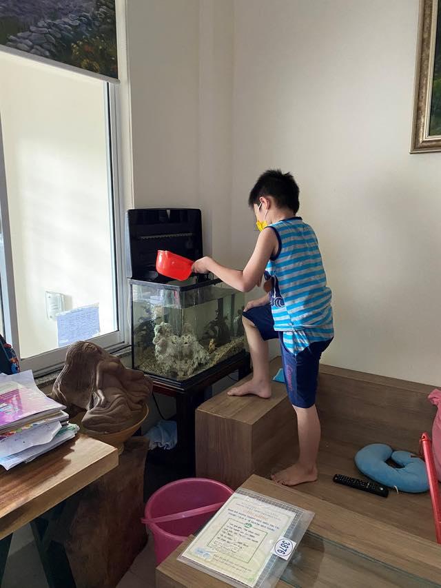 Bé trai 7 tuổi đánh bại COVID-19 bằng hành trình độc mã đầy dũng cảm từ lúc đi cách ly cho tới khi về nhà khiến người lớn cũng phải cảm phục-4