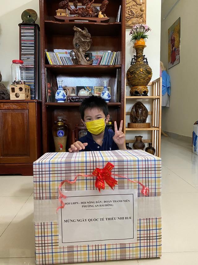 Bé trai 7 tuổi đánh bại COVID-19 bằng hành trình độc mã đầy dũng cảm từ lúc đi cách ly cho tới khi về nhà khiến người lớn cũng phải cảm phục-5