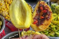 Xe trái cây dạo 30 năm 'gây nghiện' với món lạ 'ổi luộc chấm mắm ruốc'
