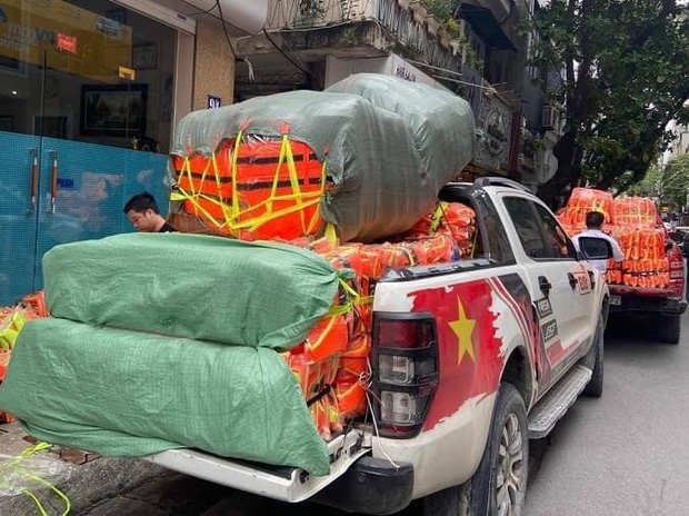 Rầm rộ ảnh đoàn NS Hoài Linh cứu trợ áo phao và mì tôm khi người dân đang chống Covid-19 giữa hè, thực hư ra sao?-2
