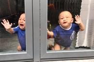 Nhờ chồng trông con để ra ngoài, mẹ trẻ quay về thấy 2 bé khóc ầm ĩ ở cửa, nhìn vào trong nhà thì 'hạn hán lời'
