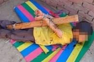 Bé 7 tuổi bị cha đẻ trói tay vào cây gỗ, bôi đầy mật ngọt rồi vứt lên mái nhà với mục đích man rợ, người mẹ căm phẫn chiến đấu đến cùng