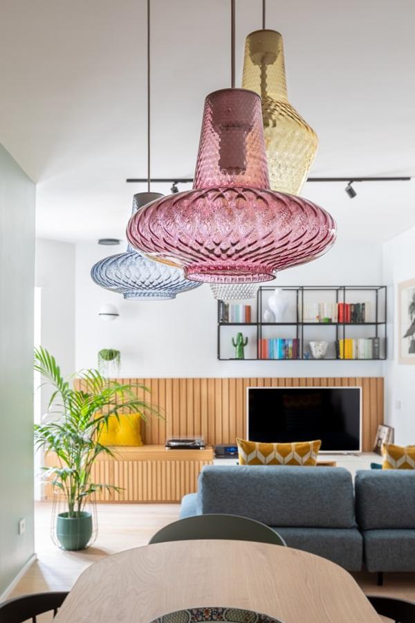 Trang trí nội thất cho gia đình thêm sống động với màu sắc tươi sáng, nhìn tưởng rối mắt mà vẫn sang trọng và cao cấp-2