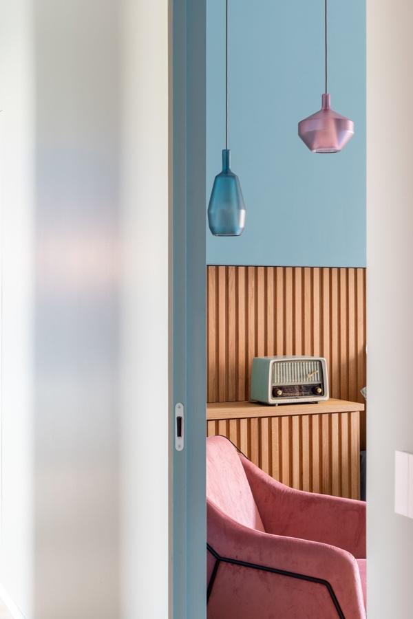 Trang trí nội thất cho gia đình thêm sống động với màu sắc tươi sáng, nhìn tưởng rối mắt mà vẫn sang trọng và cao cấp-17