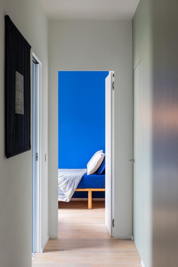 Trang trí nội thất cho gia đình thêm sống động với màu sắc tươi sáng, nhìn tưởng rối mắt mà vẫn sang trọng và cao cấp-26