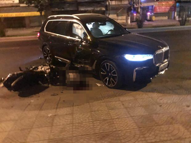 Ô tô BMW X7 đi lùi tông tử vong nam thanh niên chạy xe máy-1