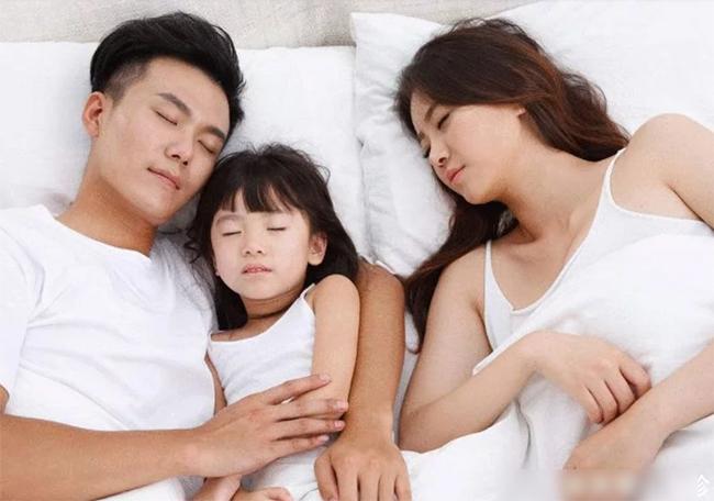 Bố 40 tuổi còn ngủ với mẹ, vì sao con không được?, ông bố câm nín trước câu hỏi của đứa con-5