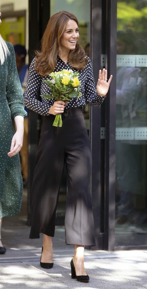 Công nương Kate hay diện đồ đứng dáng quá hóa dừ, nhưng khi mặc 5 items này thì trông tươi trẻ hẳn ra-9