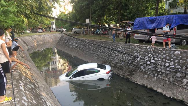 Nữ tài xế lao ô tô xuống mương nước đen ngòm, nhìn cảnh người dân vác thang xuống ứng cứu khiến người chứng kiến vừa thương vừa sợ-2