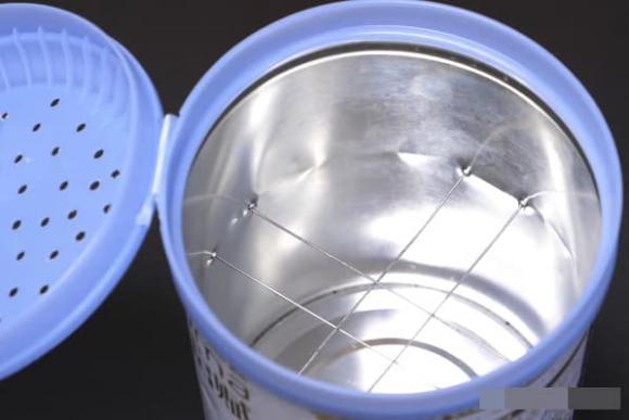 Đừng vứt bỏ những vỏ hộp sữa bột, hãy đục một vài lỗ trên nắp và đặt chúng cạnh giường bạn sẽ thấy tác dụng thần kì-4
