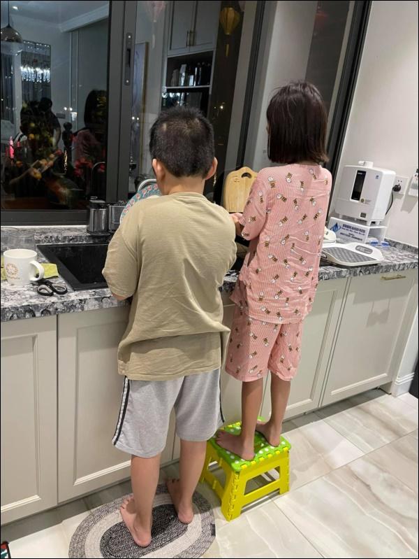 Kết nối tình cảm của bé Bin và con gái riêng của chồng chỉ từ chi tiết nhỏ, Vân Hugo quả là bà mẹ khéo dạy con-2