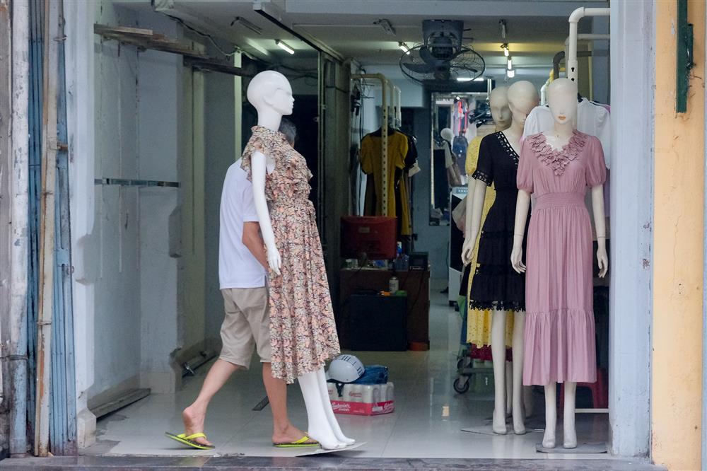 Những con phố thời trang ở Hà Nội: Ngày ế ẩm, tối tắt đèn đi ngủ sớm-3