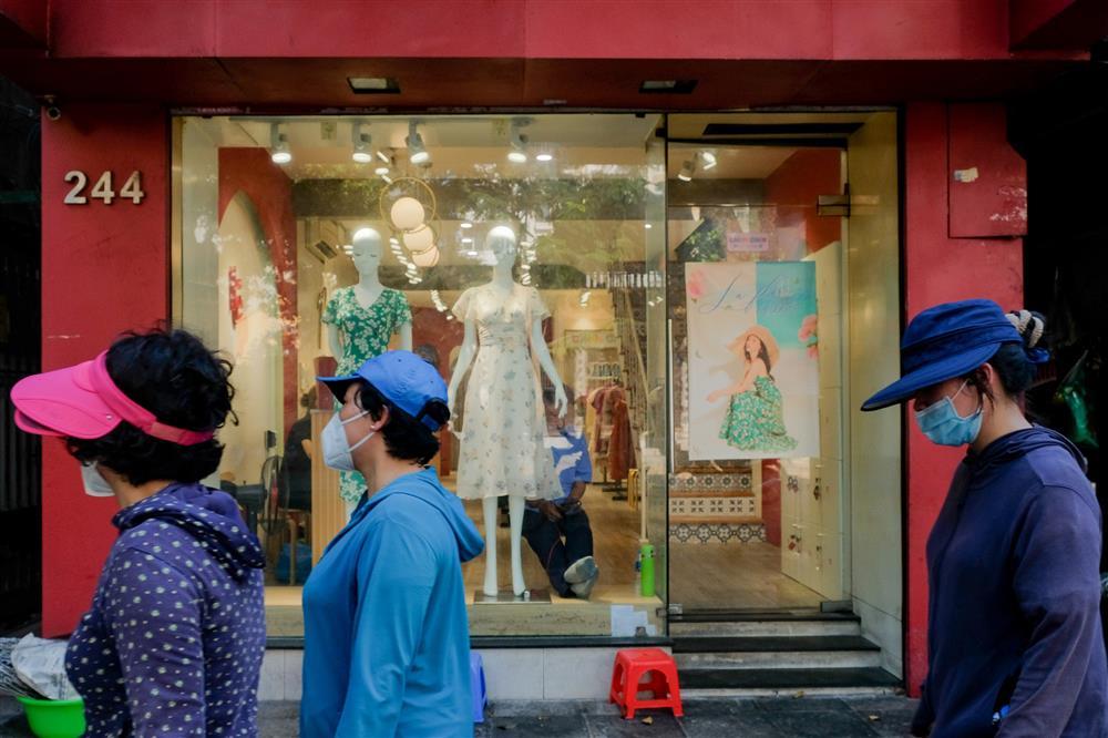Những con phố thời trang ở Hà Nội: Ngày ế ẩm, tối tắt đèn đi ngủ sớm-9