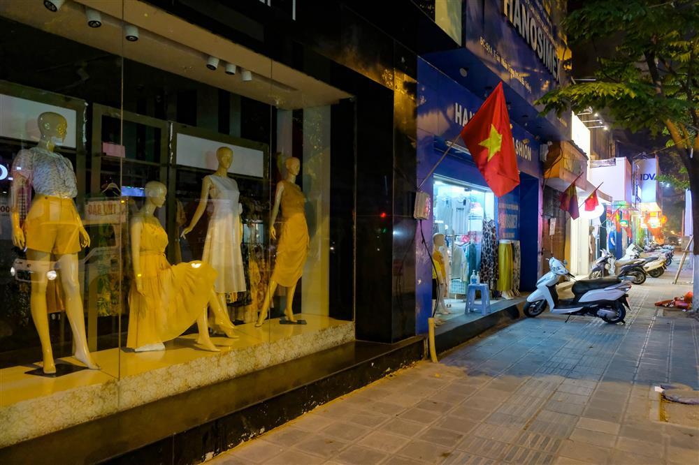 Những con phố thời trang ở Hà Nội: Ngày ế ẩm, tối tắt đèn đi ngủ sớm-15