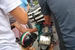 Cô gái gặp họa vì áo chống nắng khi đi xe máy, cả nhóm người xúm vào giải cứu-1