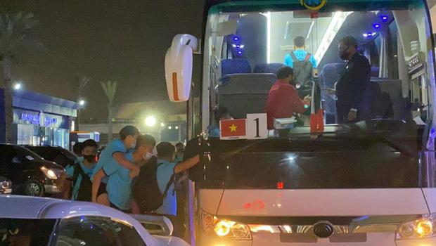 Văn Toàn được đồng đội cõng lên xe trở về khách sạn sau trận thắng Indonesia-1