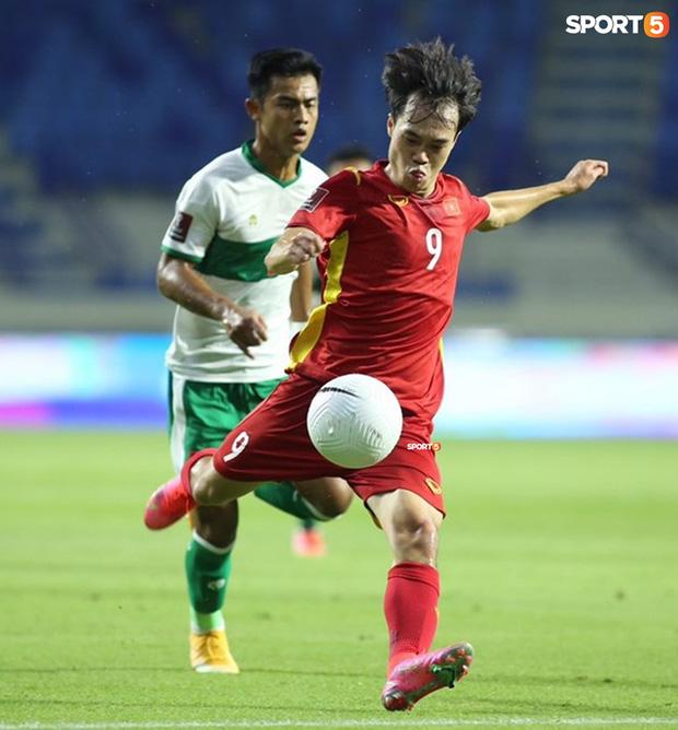 Văn Toàn được đồng đội cõng lên xe trở về khách sạn sau trận thắng Indonesia-2