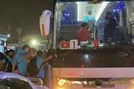 Văn Toàn được đồng đội cõng lên xe trở về khách sạn sau trận thắng Indonesia