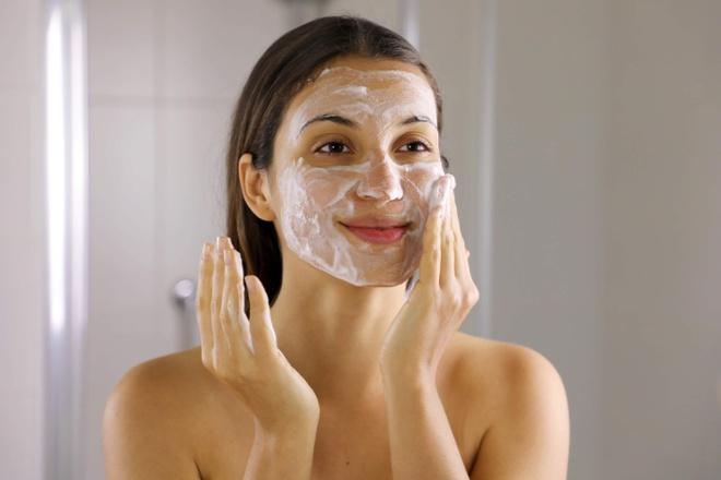 6 sai lầm khi rửa mặt khiến da bạn xấu đi mỗi ngày-1